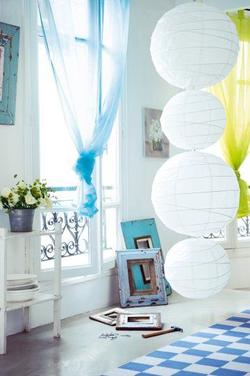 Des boules japonaises blanches accrochés lune à lautre comme une guirlande lumineuse.