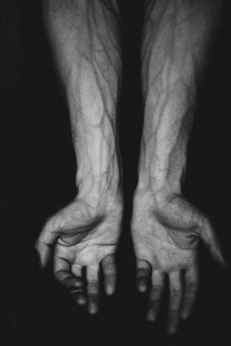 Le noir vous va si bien quand les démons dans votre corps ressortent et se révèlent au monde