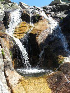 En esta ruta de senderismo ascenderemos a los Baños de Venus (mapa de Carlos Frías), una poza situada entre cascadas, en la parte alta del arroyo de los Hoyos de la Sierra.