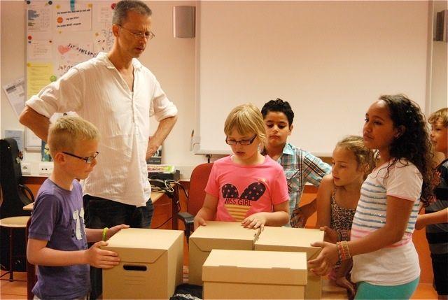 Schrijver Benny Lindelauf geeft de kinderen van groep 4 van OBS Apollo een heel bijzondere schrijfworkshop. En alles begint met vier geheimzinnige dozen... #ondernemendleren #schrijfworkshop