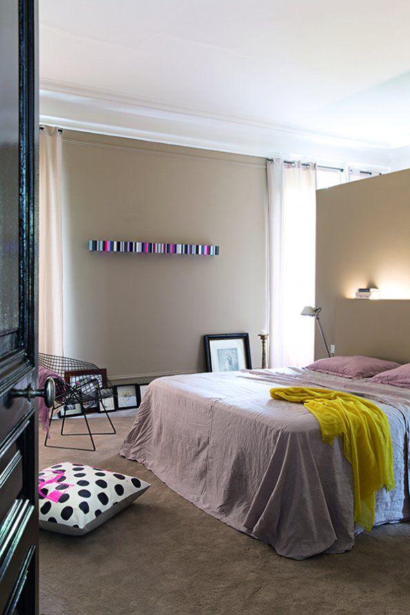 Une chambre sobre comme celle d'un hôtel - dressing en tête de lit