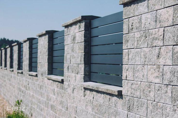 Prezentujemy realizację w miejscowości Jedlec, w której wykorzystano połączenie bloczków betonowych imitujących kamień z elementami #FENZ. Nasz Klient zdecydował się na #ogrodzenie w systemie Regular, kolor anthracite. W efekcie całość nabrała lekkości, z jednoczesnym zachowaniem prywatności mieszkańców posesji.