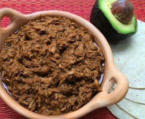Con un trozo de carne de puerco y unos chiles secos elaborarás un delicioso chilorio, platillo del norte de México que te servirá para una variedad de usos.