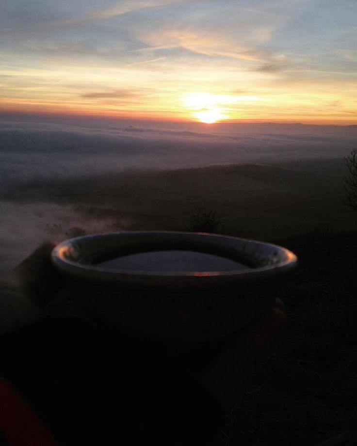 #naturelovers #ceskestredohori #klubkocestuje #view #dinner #teatime #tealover #sunset Čaj a večeře při západu slunce zalitého mlhou!Jo!🌄⛰☕️🕊❤️