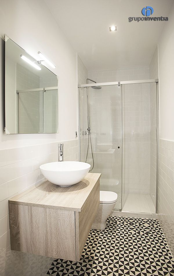 En el diseño de los cuartos de baño se aposto por un alicatado a media altura de color blanco, resaltando el pavimento hidráulico. #bathroom #toilet #bcn