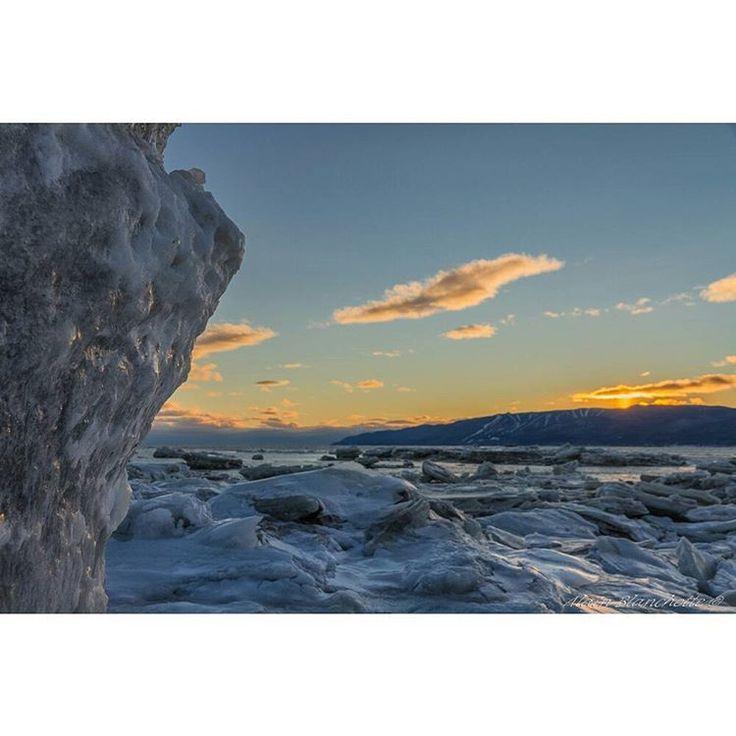 Les glaces du fleuve Saint-Laurent / The ice of the St. Lawrence River #sunset #coucherdesoleil #seascape #ice #charlevoix #MonCharlevoux @lemassif #tourisme_isle_aux_coudres #quebecenphotos  #montains  #SommetsStLaurent.