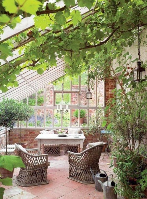 Wintergarten Schräg Dach Rattanstühle Holz Tisch-Glas Mauer-Wand