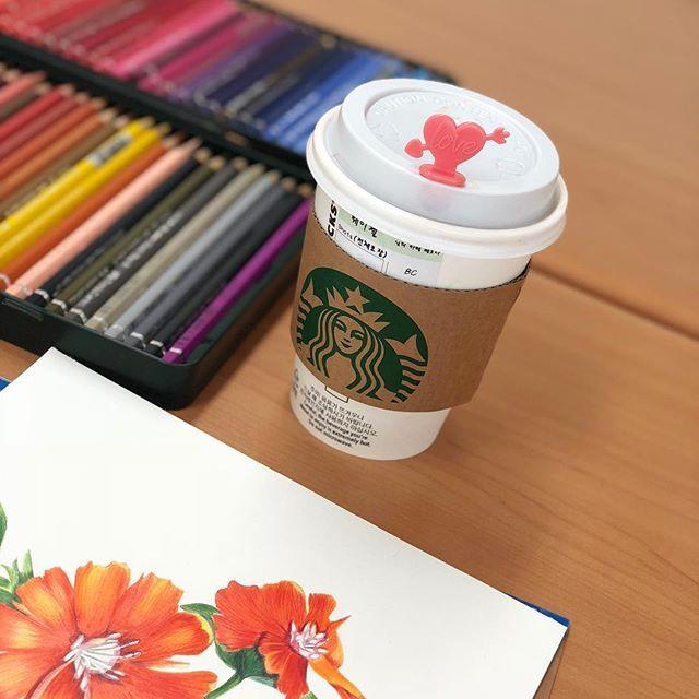 ⠀⠀⠀⠀⠀⠀⠀⠀⠀⠀⠀⠀⠀⠀ 나도 발렌타인 스틱 😍 행복한 이 시간 오늘은 끝내보자 동자꽃 #starbucks #coffee #goodmorning #botanical #drawing #☕️ #보타니컬아트 #파버카스텔 #스타벅스 #커피 #취미 #iPhoneX