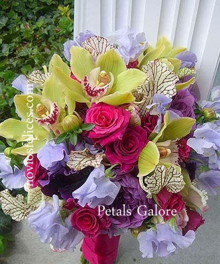 Ramo de novia alegre y juvenil con rosas fucsia, orquídeas verdes y flores en tonos morados y malva