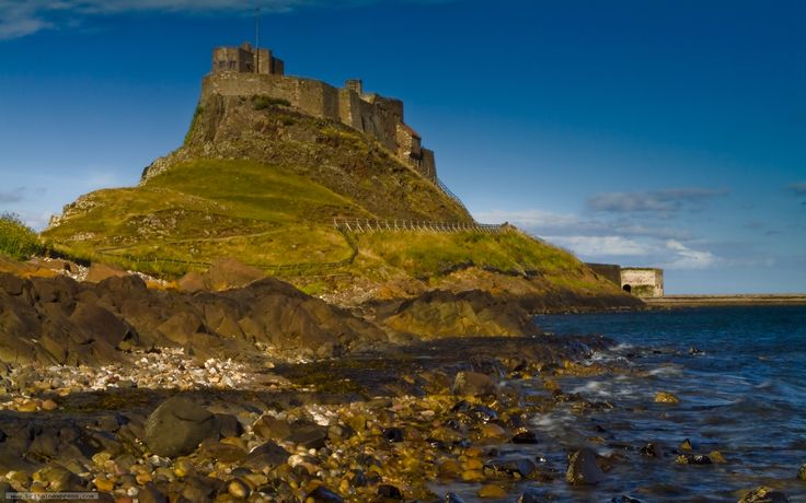 Image from http://www.britainexpress.com/zen/albums/potd/Lindisfarne-0198.jpg.