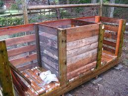 Zelf een compostbak maken van pallets of steigerhout. Deze composthoop bestaat uit drie compostbakken die je kunt maken van pallets en sloophout.