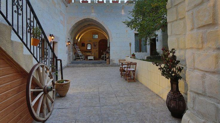 SAKLI KONAK CAPPADOCIA BOUTIQUE HOTEL  Kapadokya mimarisinin en güzel örneği olan taş kemerli yapıya sahip odaları, organik köy ürünlerinin de bulunduğu kırk çeşit serpme konak kahvaltısı ve merkezi konumu ile misafirlerine konaklamadan ziyade tam bir Kapadokya deneyimi yaşatıyor.  Bu özel butik oteli daha yakından tanımak için; http://bit.ly/1yTVkxy