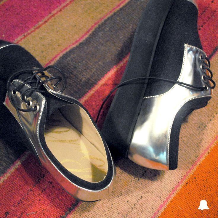 ¡Un #SpecialPrice imperdible en una clásica combinación que no falla: Silver & Black!  - Zapato de Paño con Puntera // ZBELL24  Te esperamos en nuestro local de Montevideo Shopping