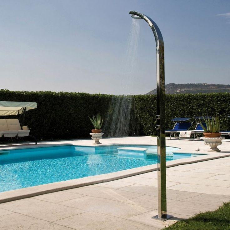 douche extérieure sur la zone autour de la piscine de jardin