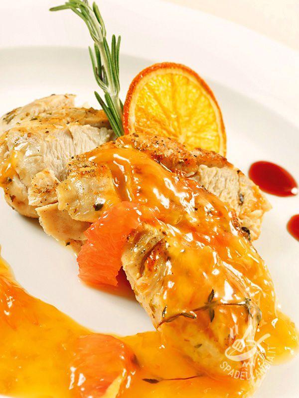 Cut chicken in orange sauce - In cucina si possono creare pietanze scenografiche e di effetto anche con semplici ingredienti, e in poco più di mezzora. Spadellandia ve ne propone una! #tagliatadipollo