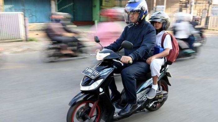 PT. Solid Gold Berjangka - Pagi-pagi benar mantan Menteri Pendidikan dan Kebudayaan Anies Baswedan sudah keluar dari rumahnya di kawasan Lebak Bulus, Jakarta Selatan. Anies yang terlihat rapi mengenakan kemeja garis-garis biru lengan panjang, jaket dan celana panjang biru, berjalan bersama putra…