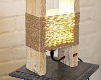 Tableau fait main avec des matériaux récupérés. Couper du bois et peint à la main avec du vernis à base d'eau. Finition brillante. Mensurations : 90x60x35h