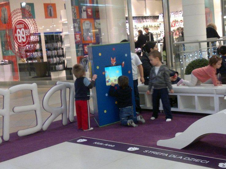 Interaktywny kącik dla dzieci w centrum handlowym. Dzieci są zajęte mądrą rozrywką, a rodzice mają czas na zakupy. www.zabawiacze.pl