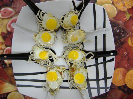 cucharas de aperitivo - con gulas y huevo de codorniz