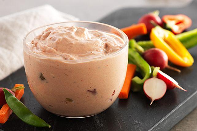 Faite de salsa avec de gros morceaux et de fromage à la crème au jalapeno, cette trempette épicée à deux ingrédients se prépare en quelques minutes. Accompagnée de crudités, elle fait un délicieux hors-d'œuvre de dernière minute.