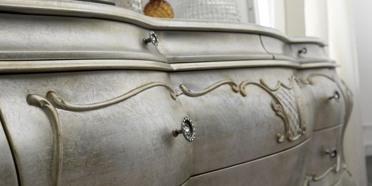 La foglia argento patinata rende questa credenza unica nel suo genere. Splende di bellezza unica #furniture #luxury #details #villas #home #madeinitaly #interiordesign #factory