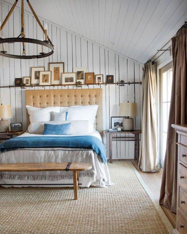 Quarto com inspiração marítima sem obviedades, com texturas rústicas, tapete rústico, colcha azul e quadros na parede