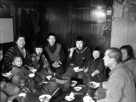 膳を囲んでの食事風景=昭和30年代 (藤巻健二氏撮影)