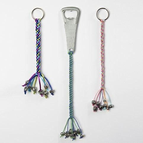 Kumihimo-knuten dekoration till kapsylöppnare och nyckelring