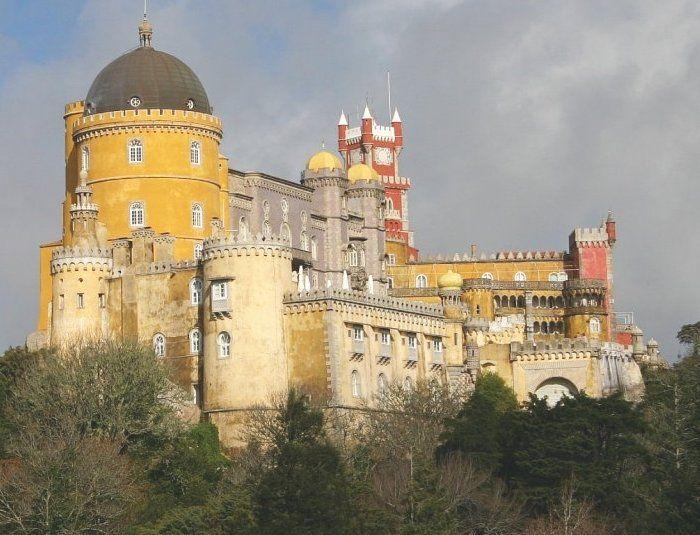 Palácio Nacional da Pena Tento palác je jednou z největších romantických staveb 19. století ve světě. Stojí na místě dřívějšího kláštera, který nechal pro řád svatého Jeronýma postavit král Manuel I. Roku 1755 byl ale klášter téměř celý zničen zemětřesením a dlouho zůstal v troskách. Zajímat se o něj začal až král Ferdinand II, který ho v letech 1842 až 1854 nechal přestavit na královský palác.Po králově smrti byl palác prodán královi Ludvíkovi I. a roku 1889 se stal majetkem státu.