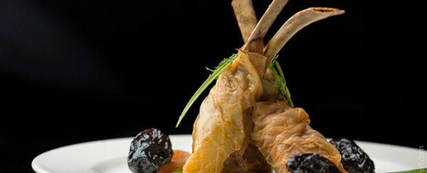 Αρμένικοι λαχανοντολμάδες με αρνίσια παϊδάκια, πλιγούρι και ξερά βερίκοκα