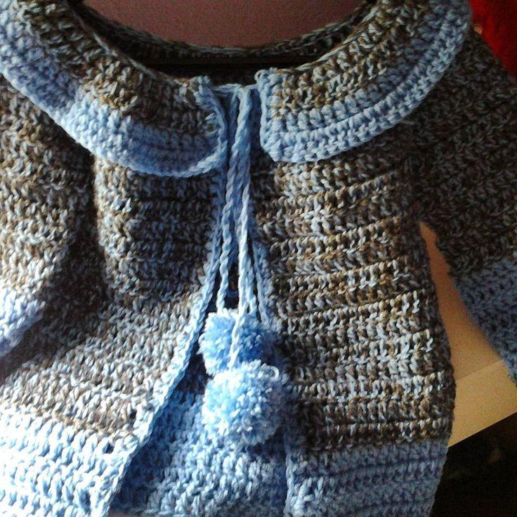 Abrigo de niña tejido a crochet Este abriguito es una petición de una subscritora esta tejido todo a punto de varetas con una lana doble y con una aguja de g...