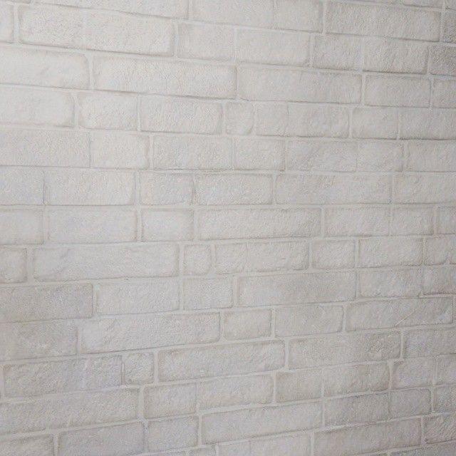 #mulpix Para começar bem esse dia quero apresentar o revestimento cimentício da L' Revest, linha Manhattan na cor marfim, que simula um tijolinho quase que branco. Olha como ele fica lindo na parede, parece que foi assentada peça por peça, mas não foi, ele já vem pronto em peça dupla com o encaixe como um quebra cabeça, depois do rejuntado vc nem percebe ... Agora vem a parte melhor, o preço, menos de $60,00 o m2, isso mesmo, o m2 ... Sempre penso na relação custo benefício. Importante: na…