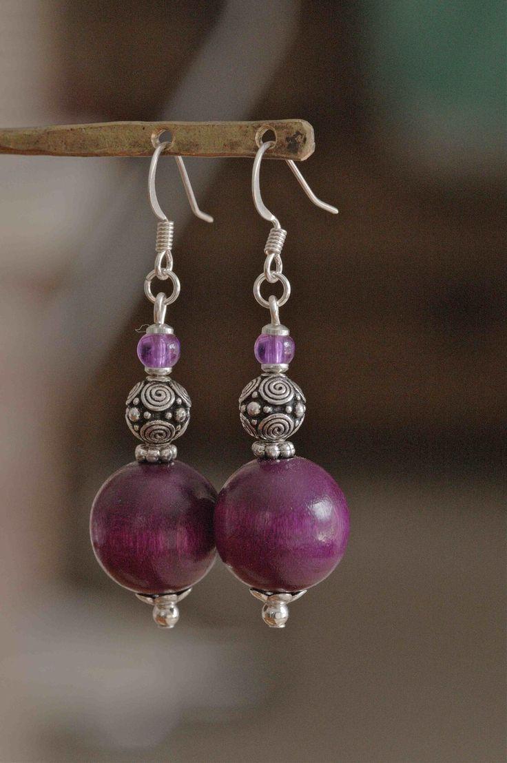 Tendance Joaillerie 2017 – Boucles d'oreilles perles bois couleur améthyste et perles métal travaillé : Boucles d'oreille par baboochka