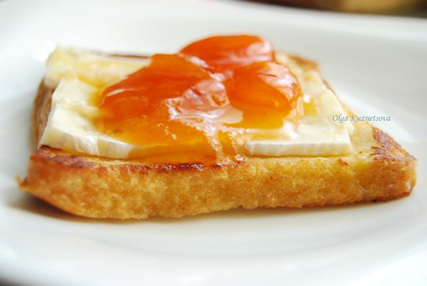 Французский тост с абрикосовым джемом и сыром бри