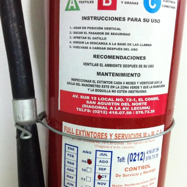 Un extintor (de varios) de una empresa venezolana con tremendo sistema de gestión en SST solo en el papel
