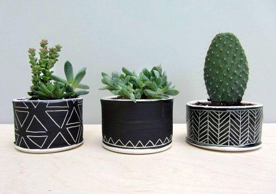 idea para hacer en casa, pequeñas latas vacías de la cocina con cinta adhesiva decorada
