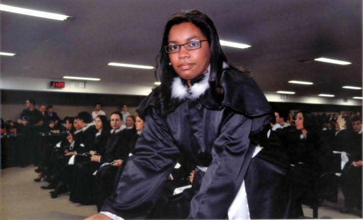 Ex-faxineira que virou juíza lança livro sobre sua história: 'É possível concretizar os sonhos'  Adriana Marques, de 38 anos, diz que enfrentou vários desafios até chegar à magistratura, entre eles a falta de dinheiro. Com cinco pós-graduações e cursando letras, ela afirma que 'estudo é fundamental'.