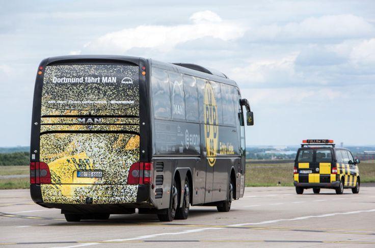 Der Mannschaftsbus von Borussia Dortmund stand schon am Flugfeld bereit.