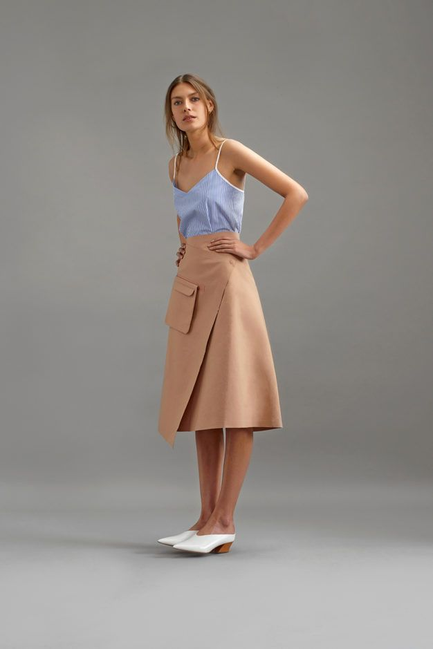 Una tendencia, cuatro ideas para adaptarla a tu día a día. Así se lleva la (simple pero siempre efectiva) falda cruzada midi este verano.