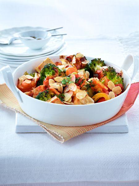 Schmorgemüse mit Mandelblättchen: ½ Zwiebel und 1 Knoblauchzehe, in 1 TL Öl, ½ Dose Tomaten, Salz, Pfeffer, Paprikapulver und Zucker, Petersilie 250 g Brokkoli, 150 g Möhren, 1 gelbe Paprika,15 g Mandelblättchen