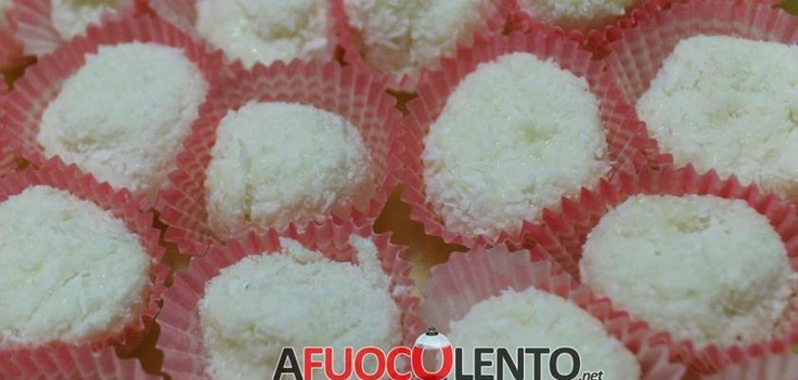 TARTUFETTI AL CIOCCOLATO BIANCO E COCCO (raffaello) #dieta #raffaello #ferrero #dolci #tartufo #italiancuisine #italiancook #diet #dessert #italianrecipe #ricette #italia