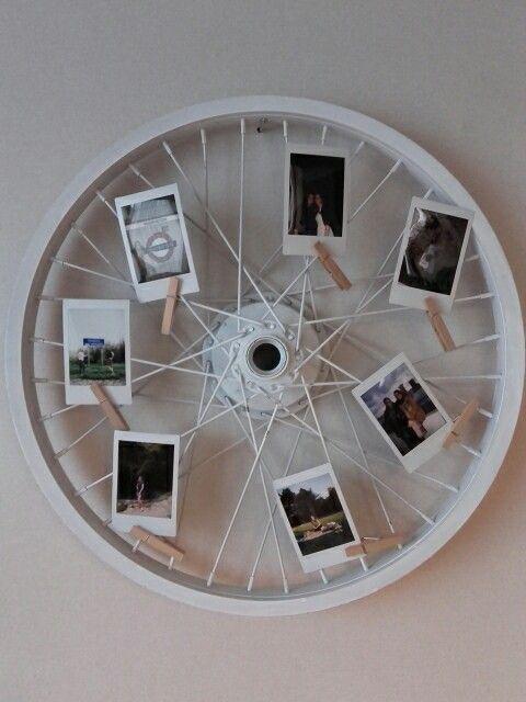 Blaas een oud fietswiel nieuw leven in en gebruik het bijvoorbeeld memo bord of hang er leuke foto's aan.