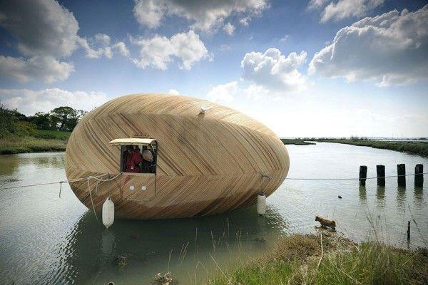maison flottante baptisée « Exbury Egg »  Le designer Stephen Turner s'est associé à SPUD Group et PAD Studio pour réaliser cet oeuf flottant autonome en énergie et basé sur les principes de la construction navale. L'intérieur est minimaliste mais tout le nécessaire pour y vivre est présent: douche, coin cuisine, coin repos…