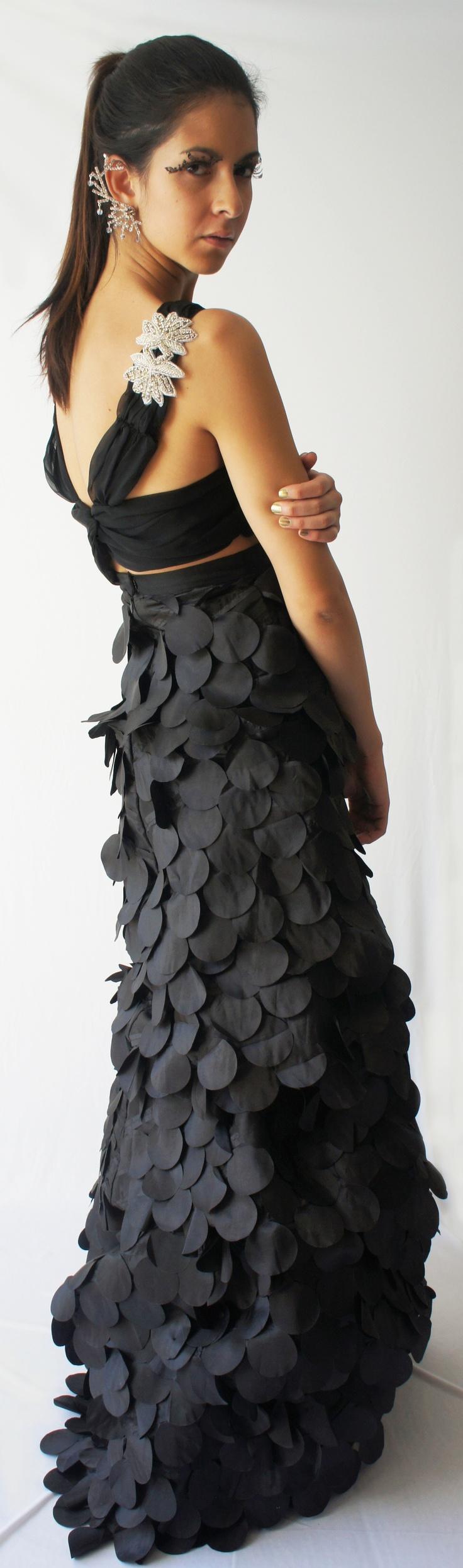 Vestido realizado a mano, la falda no es recta debido a que se le subieron pedazos para mostrar una asimetría, el top en la parte de enfrente lleva un nudo y en la parte de atrás cuenta con aplicaciones de cristal