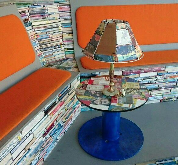banken gemaakt door Leo van der Veen en Jelle de Bruijn. tafeltje en lamp speciaal voor deze gelegenheid gemaakt door clienten van Jans Pakhuijs