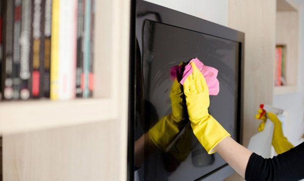 Descubra como limpar a tela da televisão sem estragar. Confira alguns truques caseiros que vão deixar a sua tv com cara de nova.
