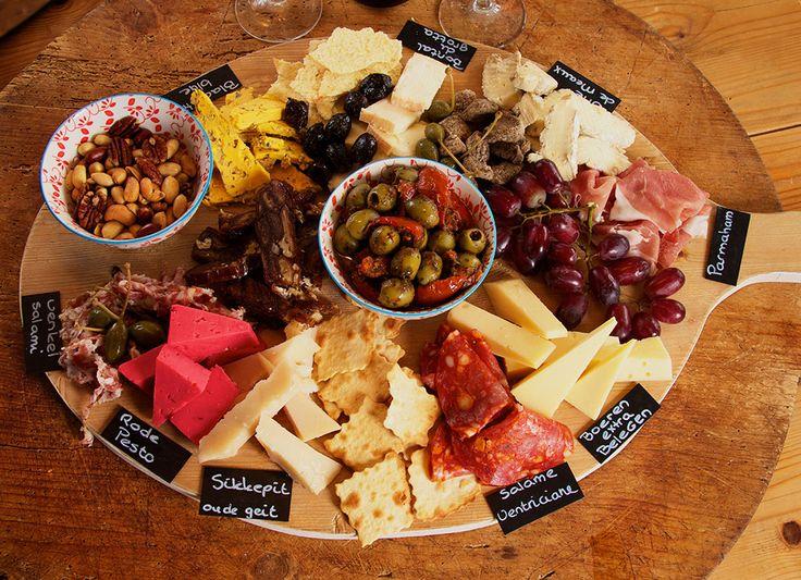 Borrelplank met kaas, vlees, noten en dadelbrood. Geef eens een verjaardagsplank cadeau. Jouw verjaardag begint op Smaakvol NH.
