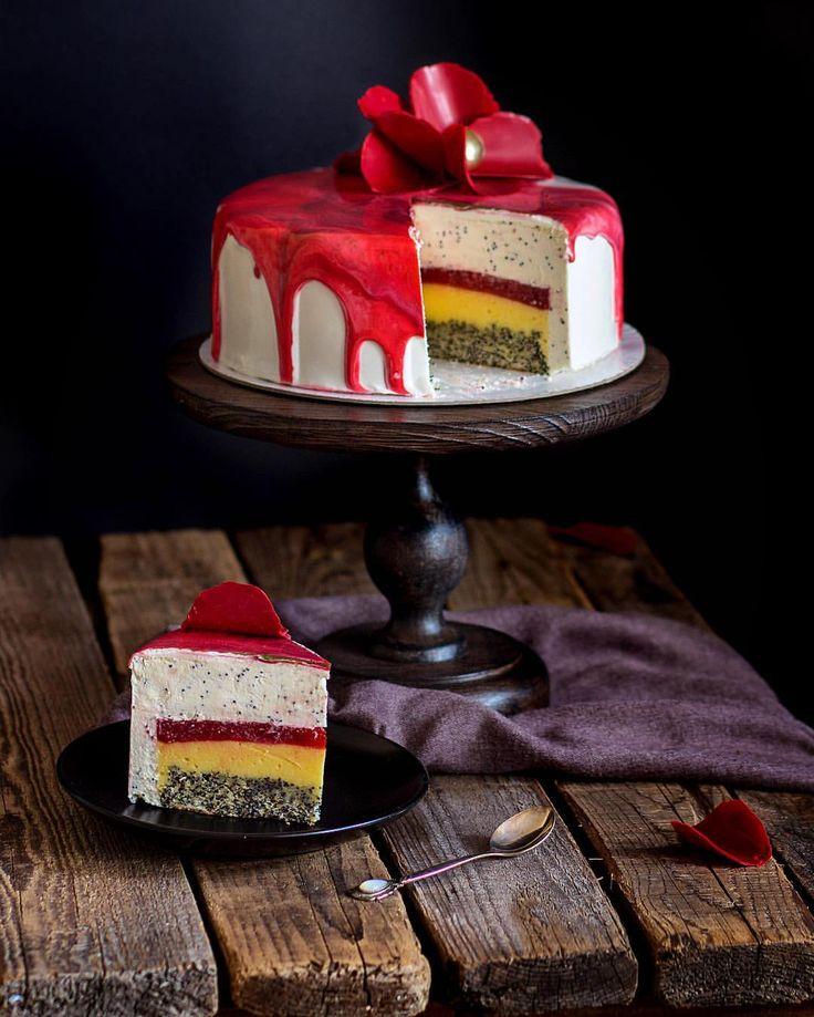 """Участвую в марафоне """"Современная Классика"""" - """"Маковый торт""""от  @confiteria_khv  @zhabcka . Генеральный спонсор @fismart.ru . Спонсор этапа @hobbyprofi  #classic_modern_cakes #classic_modern_cakes_part5 рецепт от @confiteria_khv и @zhabcka в комментариях.  Если бы было бы можно по правилам марафона показала бы ещё один разрез. Но, увы, покажу просто так, чуть позже *Маковый мусс на сливочном сыре и белом шоколаде. Клубничное конфи, лимонный курд, воздушный маковый бисквит..."""