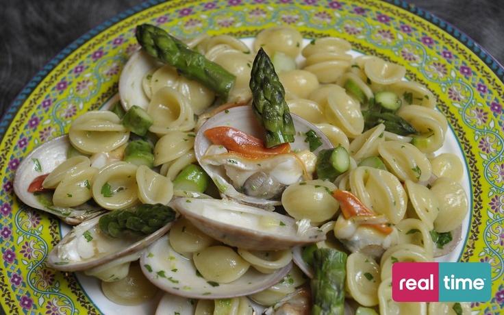 Real Time è: Cucina Con Ale con Alessandro Borghese. Orecchiette con fasolari e asparagi. Guarda la ricetta su www.realtimetv.it/web/cucina-con-ale