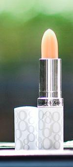 Hoy es un gran día para resaltar la belleza de nuestros labios con el protector Labial de 8 Horas de Elizabeth Arden:  Protege y proporciona una barrera oclusiva para evitar la pérdida de humedad. Protege contra el daño que puede causar el medio ambiente y el daño que los radicales libres infligen sobre la piel. Alivia los labios cuarteados y agrietados. Protege y acondiciona los labios. Cada aplicación humecta para evitar la resequedad.